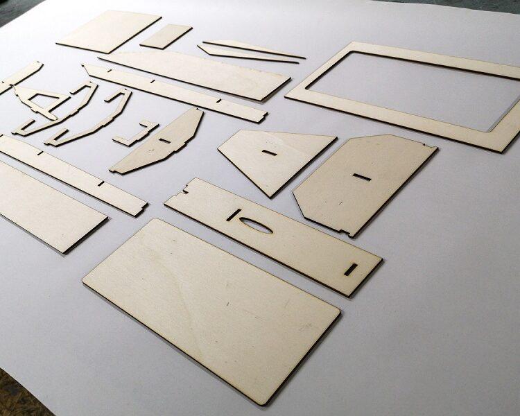 Slika 1-Vsi sestavni deli pripravljeni na mizi(1)